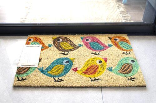 שטיח בצבעים שמחים לכניסה לבית