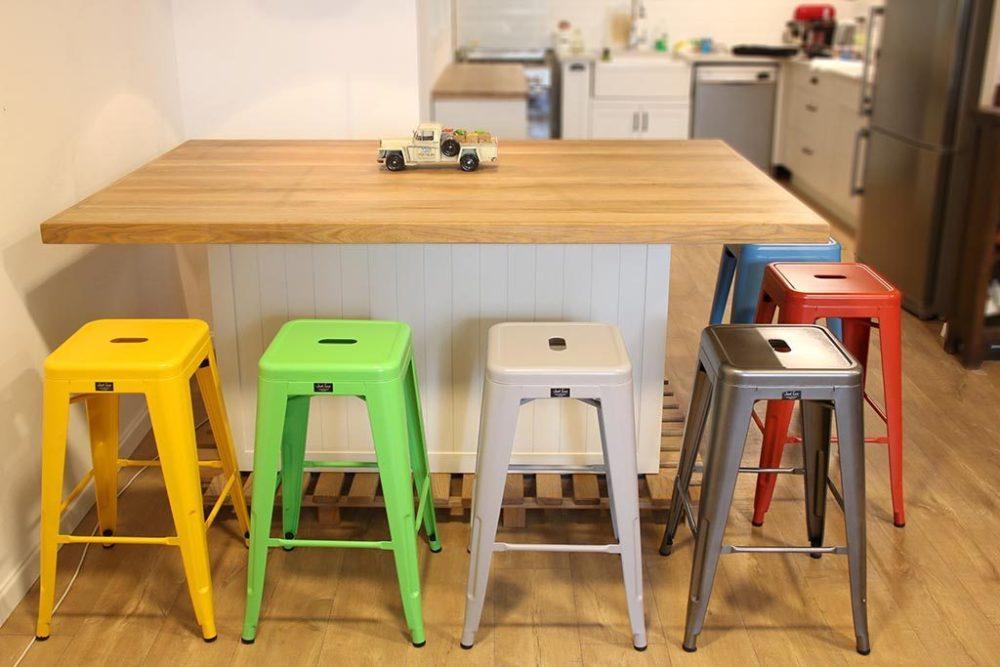 כסא בצבע ירוק לבר במטבח