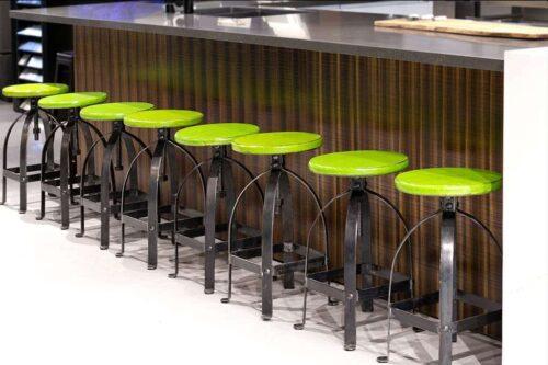 כסא בר ירוק מברזל יצוק
