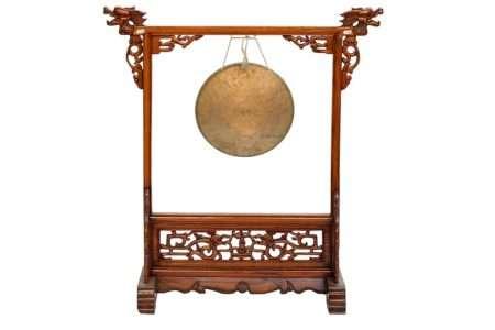 פעמון גונג על סטנד עץ