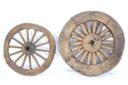 גלגלים של כרכרה מעץ מלא