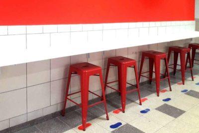כסאות מתכת אדומים