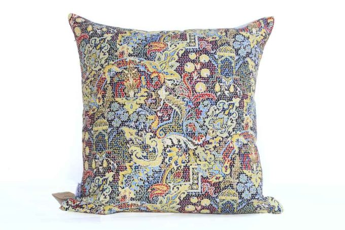 כרית מעוצבת צבעונית לספה