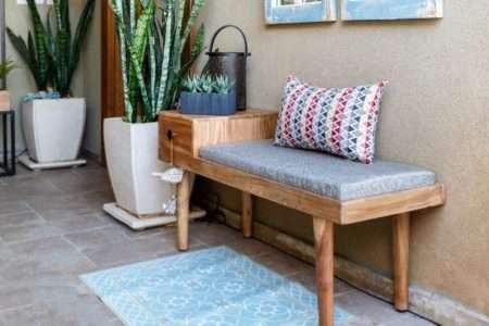 ספסל עץ מרופד לכניסה לבית