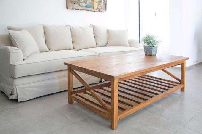שולחן סלון מעץ מלא עם מדף