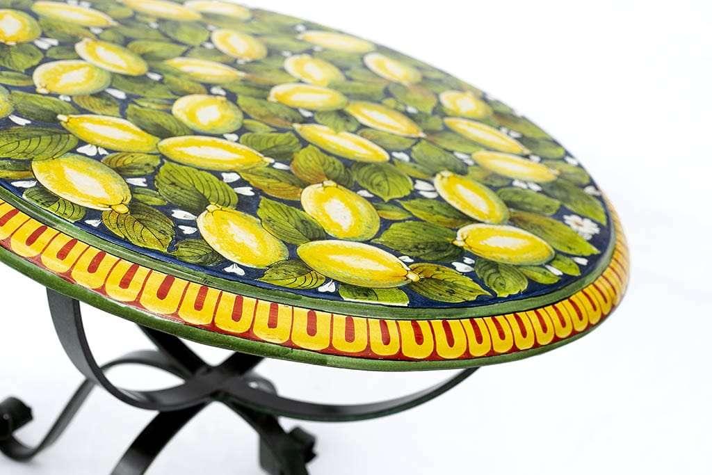 שולחן עגול מצויר על קרמיקה