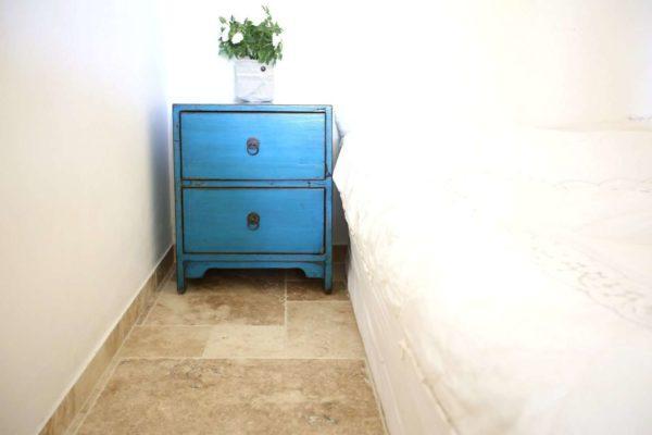 שידת צד מיטה כחולה מעץ