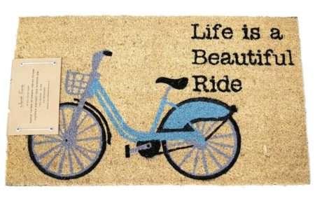 שטיח אופניים וכיתוב לכניסה