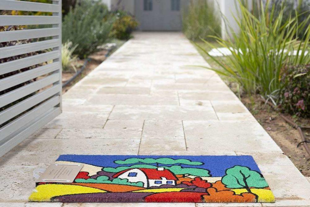 שטיח כניסה בית בכפר