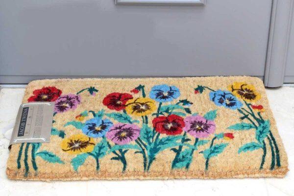 שטיח סף עבה על רקע טבעי