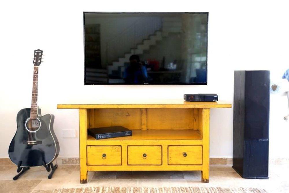מזנון טלוויזיה צהוב