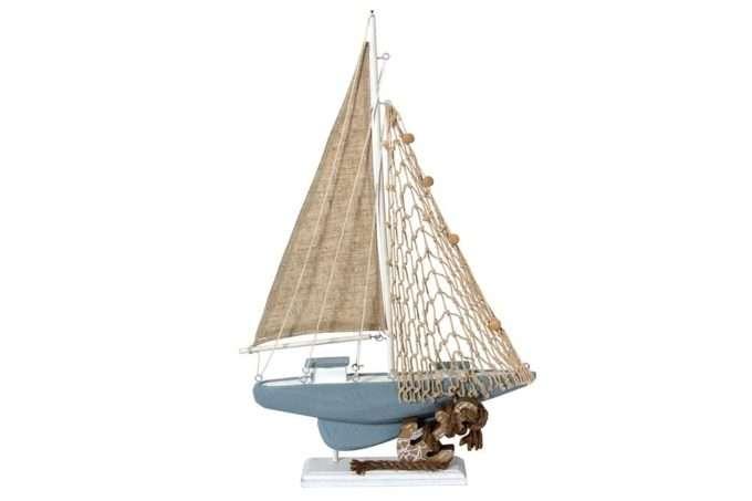 סירה על סטנד מעץ מלא