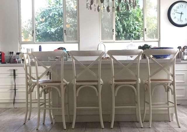 כיסא בר גבוה לבן במטבח כפרי