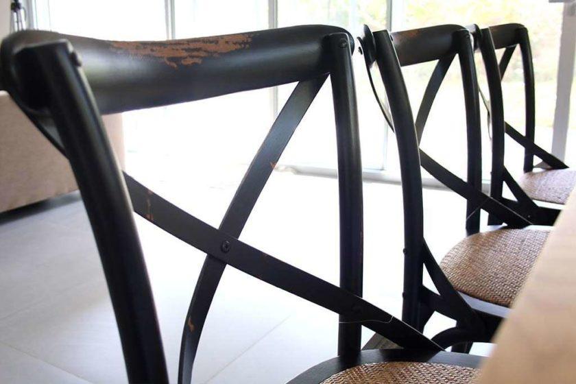 כסא אוכל שחור מעץ