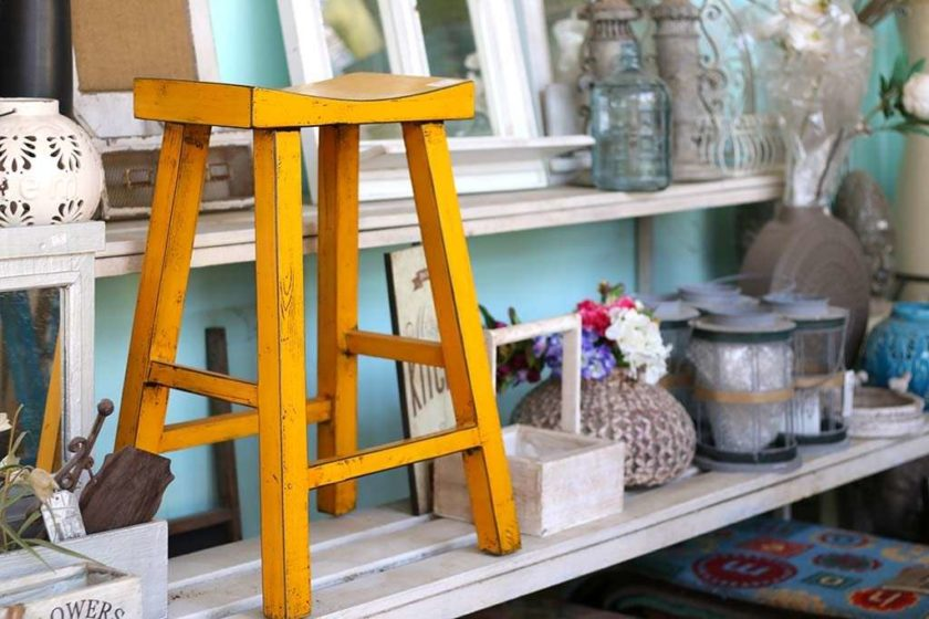 כסא בר צהוב מעץ