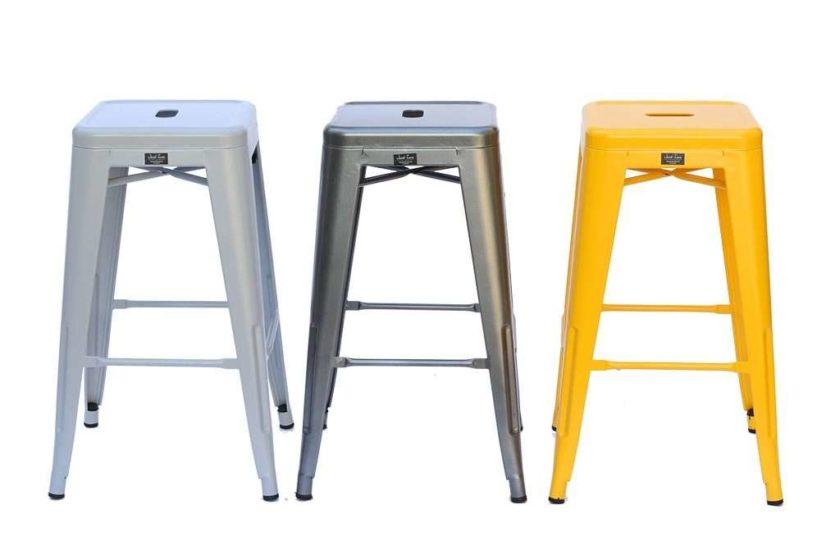 כסא מתכת בצבע כסוף מטאל