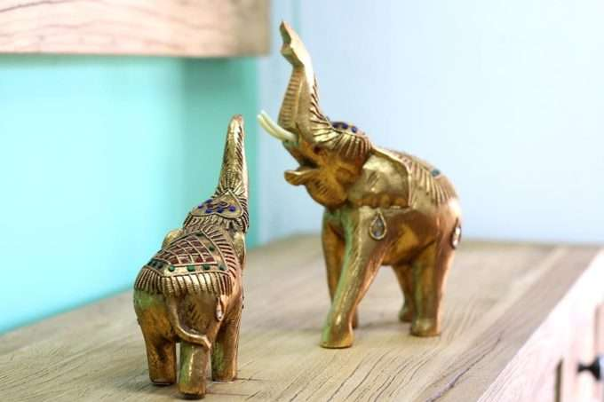 פילים מגולפים מעץ מלא