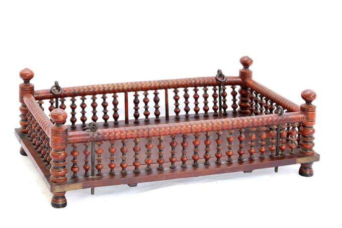 מיטת תינוק עתיקה מעץ