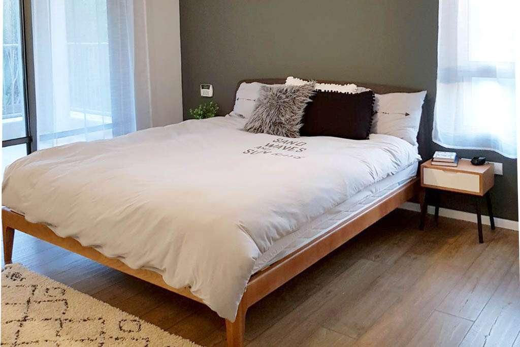 מיטה מעוצבת בחדר שינה