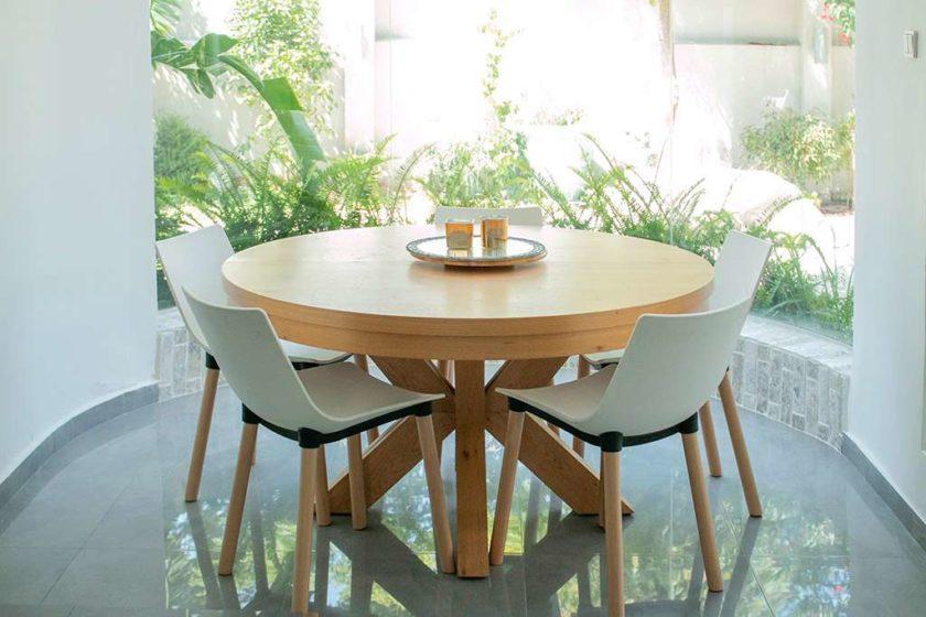 שולחן אוכל עגול עם הגדלות