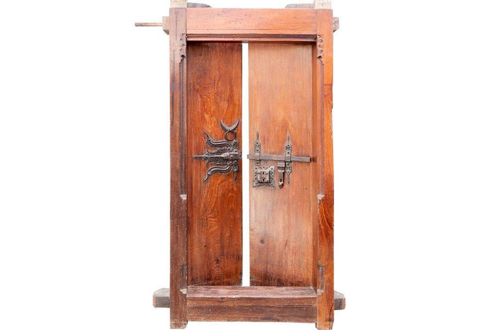 דלת עץ עתיקה