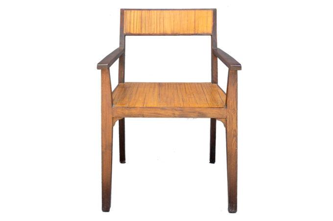 כסאות עם ידיות מעץ