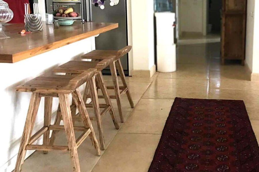 כסא עץ מעוצב לדלפק במטבח