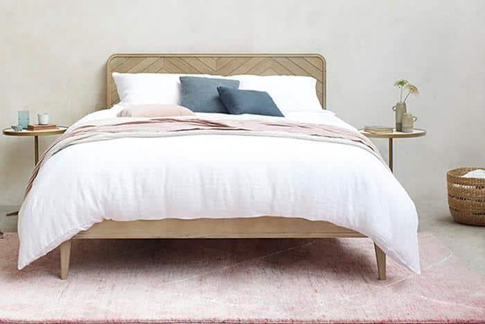 מיטה בסגנון סקנדינבי מעץ