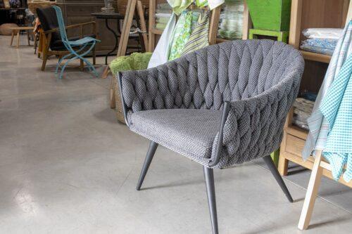 כורסא אפורה בעיצוב מודרני